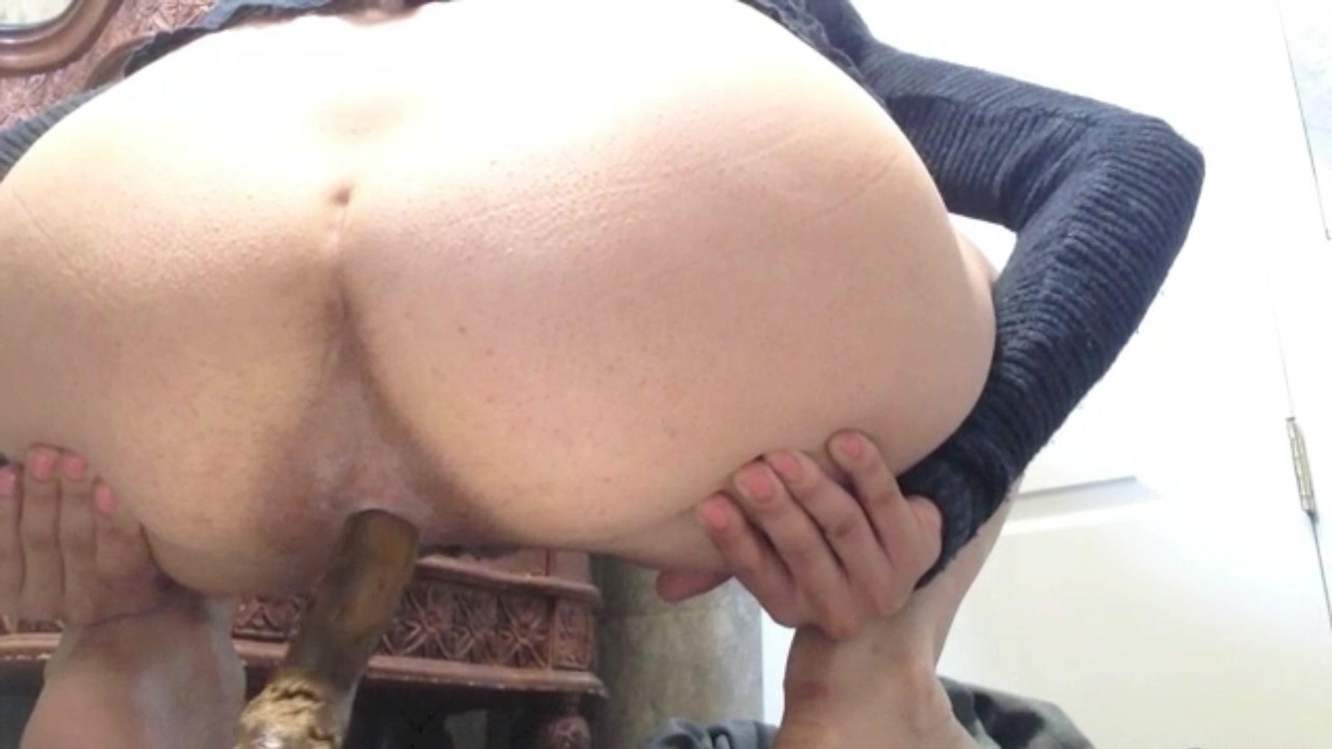 Cute girl pooping - video 2 - ThisVid.com