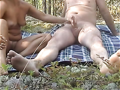 Wife ends a romantic picnic just the right way
