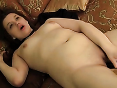 Amateur chick makes herself cum hard