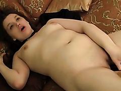 Amateur chick makes herself cum hard