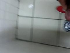Mijando no chão do Banheiro da Faculdade em SP