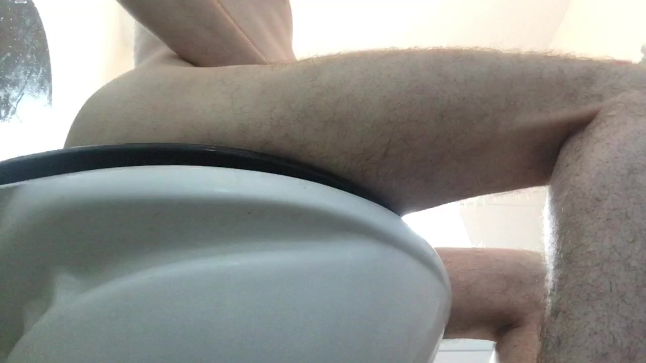 Empyting runny ass in the toilet