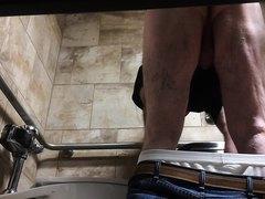 espiando a papi en el baño