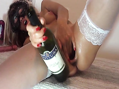 Amateur cunt gapes wide open and takes a bottle