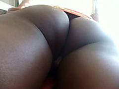 Black amateur masturbates to orgasm right over the camera