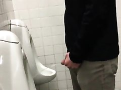 2 young guys spied pissing