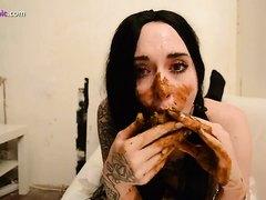 Tatoo girl masturbates and eat shit, HD