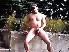 exhibicionist muscular man wanking