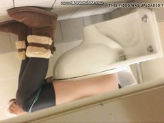 Girls pooping on the toliet - video 15