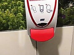piss marking toilet / pisse partout à côté du wc