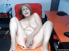 Mature woman fucking her pussy