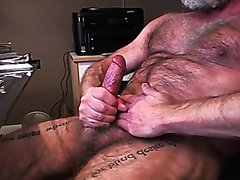 Hairy daddy fucking himself on cam