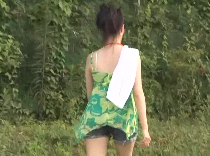 Japanese girls taking emergency shits in public - video 3