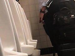 mec pisse aux urinoirs