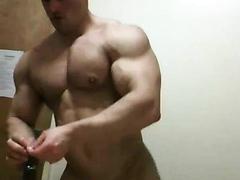 muscle guy sucks a dick