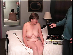 Mature lady likes the pain