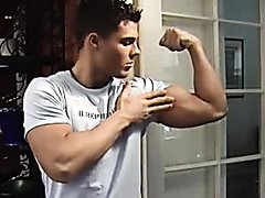 Very sexy flexing his bicep